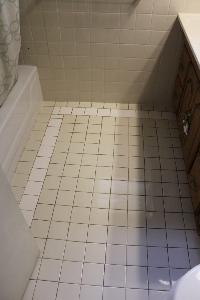 Black and White Stenciled Bathroom Floor: BEFORE