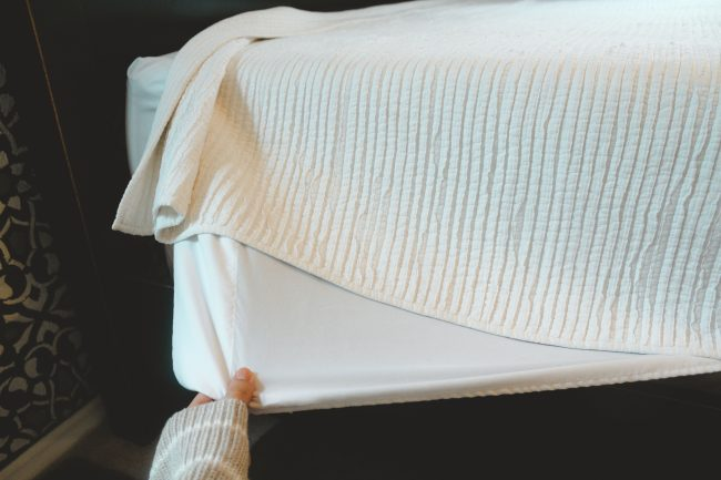 How to make the perfect bed // Linen bedding // White bedding master bedroom