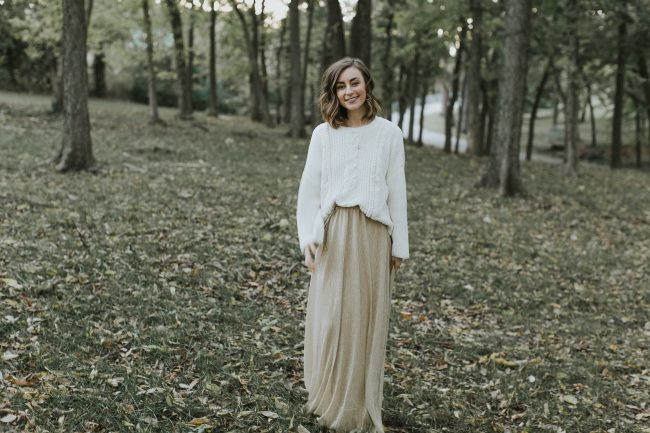 FALL and HOLIDAY family photo outfit ideas, neutral outfits for outdoor family photos