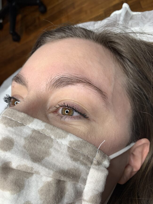 Microblading eyebrows before and after | I'm sharing the entire microblading process - from start to finish (including progress pictures while my eyebrows heal!) | Plus, a Q & A with the microblading artist! | Kansas City life, home, and style blogger Megan Wilson shares her microblading experience (@shadylaneblog on Instagram)